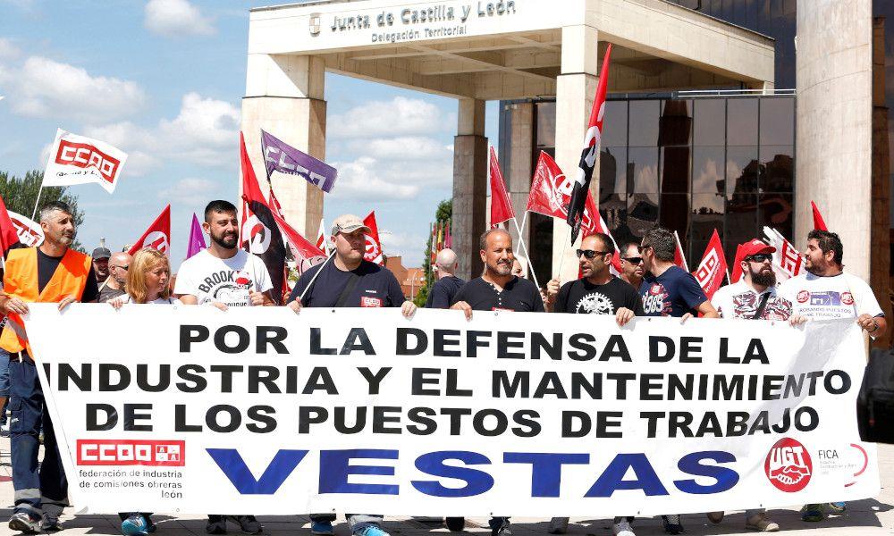 Protesta de los trabajadores de Vestas en León contra el cierre de la planta / EFE