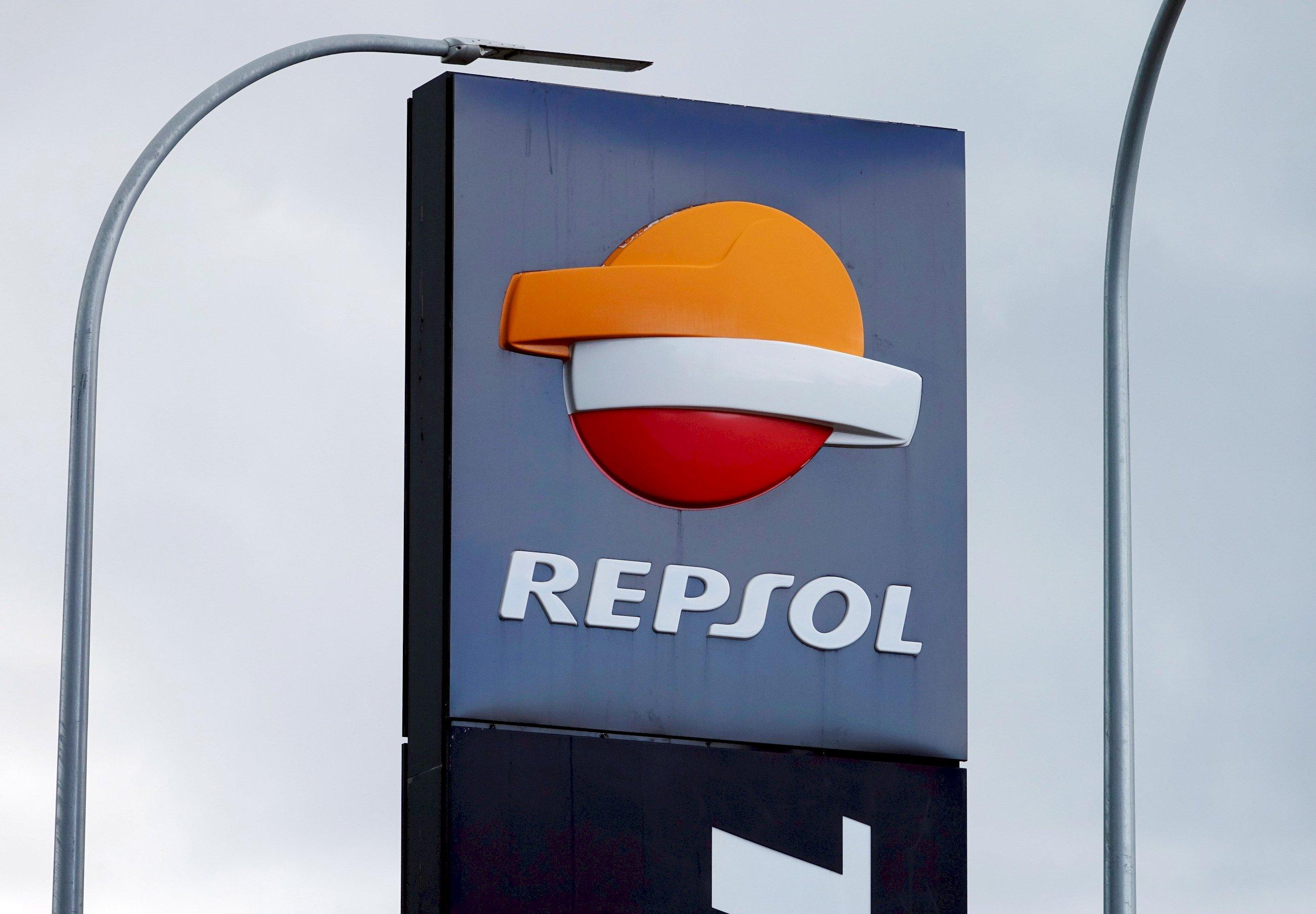 Repsol y Cepsa echan gasolina a la guerra de las eléctricas