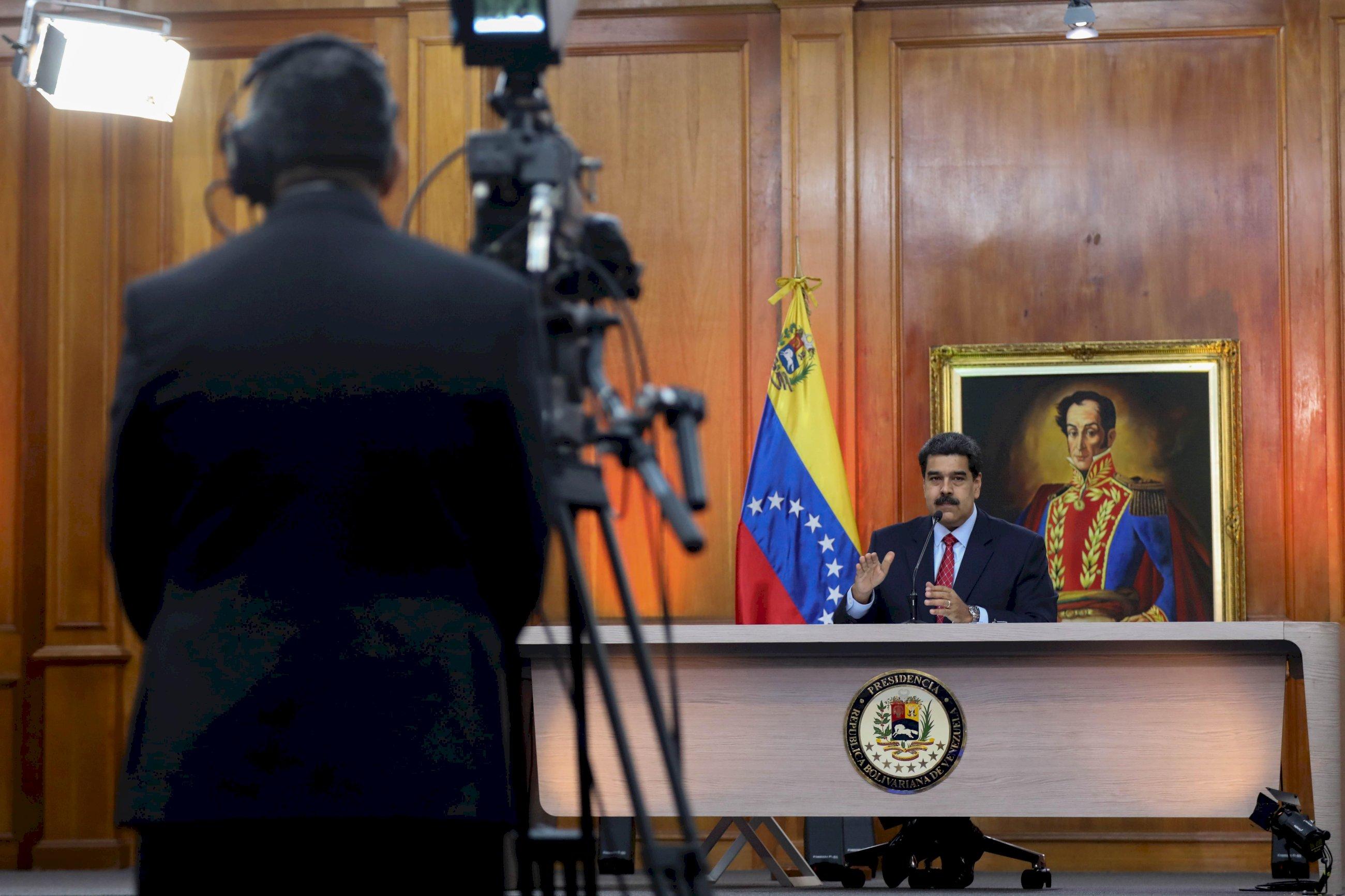 Hablan los presidentes: Maduro por televisión, Guaidó por Whatsapp