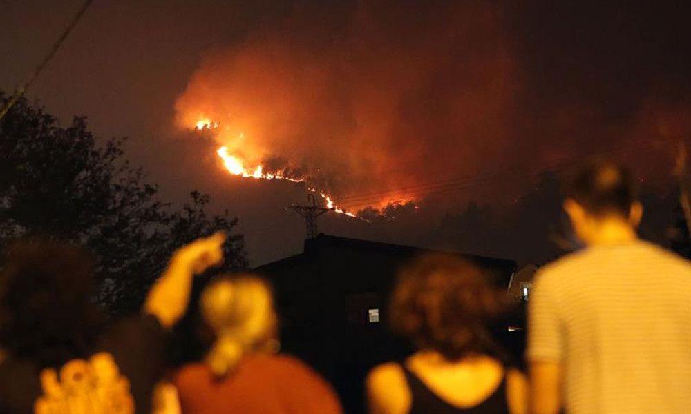 Las llamas asedian Vigo: PSA desaloja la fábrica