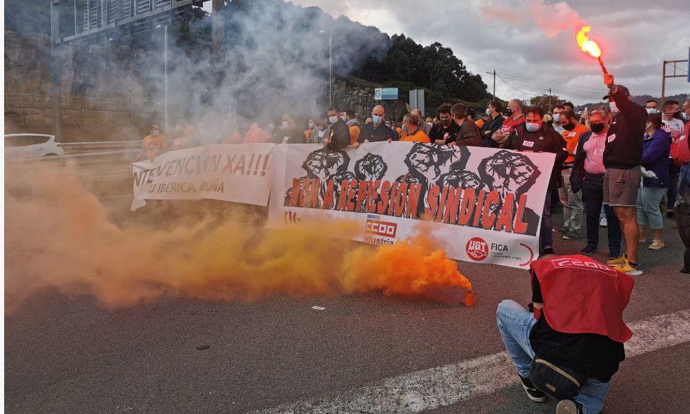 Imagen de la protesta de un centenar de trabajadores de Alu Ibérica frente a la factoría / Twitter @TraballadoAlcoa