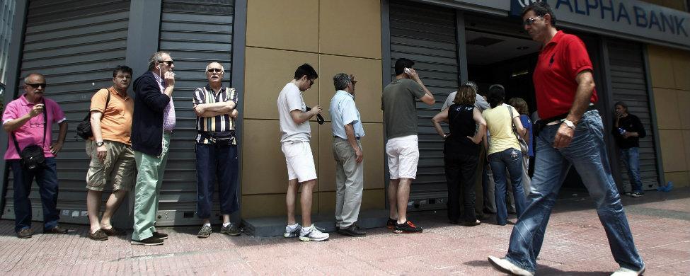 Los turistas escapan al corralito griego