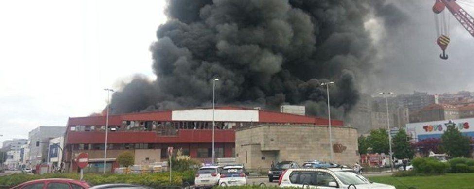 El fuego arrasa la nave de Freiremar en Vigo