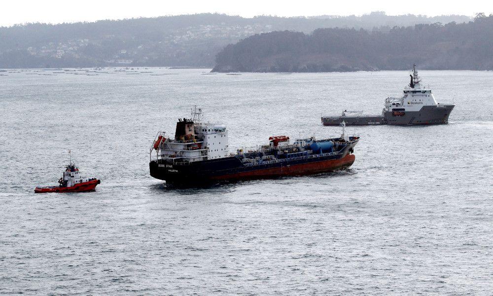 El 'Blue Star' ya abandona la costa de Ares tras ser remolcado