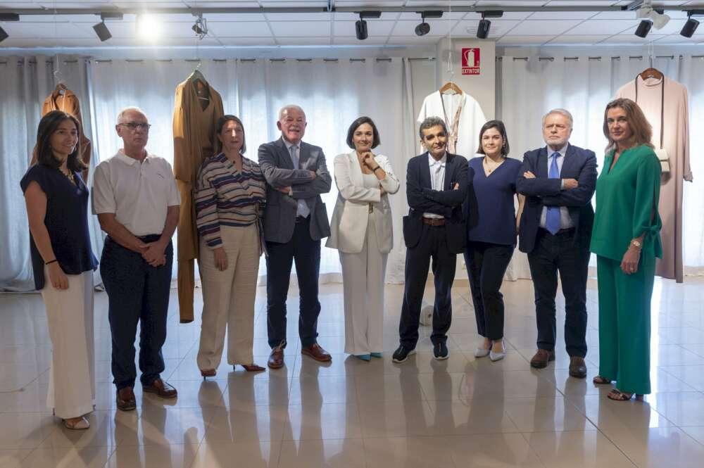 Adolfo Domínguez ficha directivos en Abanca, Textil Lonia y Amazon