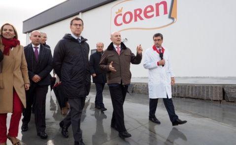 Manuel Gómez Franqueira, consejero delegado de Coren, junto a núñez Feijóo en una visita a las instalaciones de la empresa en Friol/Coren