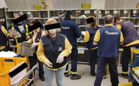 Imagen de una de las oficinas de Correos en Galicia, en donde no se estaría cumpliendo con los dos metros de distancia de seguridad