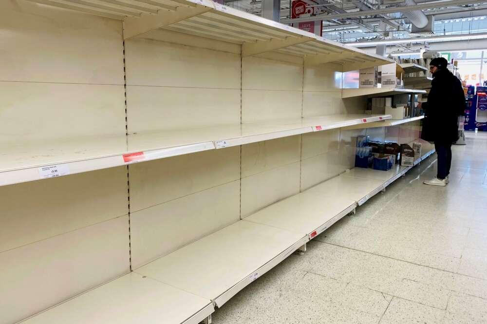 Reino Unido aborda con los supermercados la escasez en los estantes