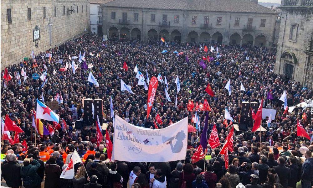Una gran manifestación por la sanidad gallega coge a Feijóo en Madrid