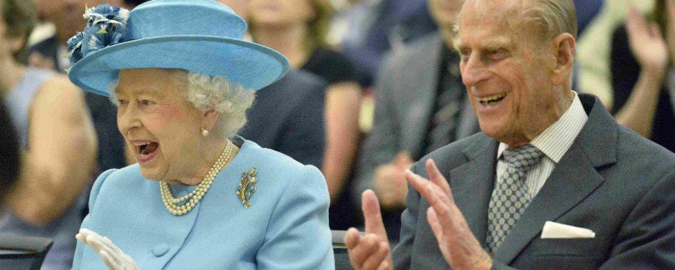 Un vídeo de la Reina Isabel II haciendo el saludo nazi indigna al Reino Unido