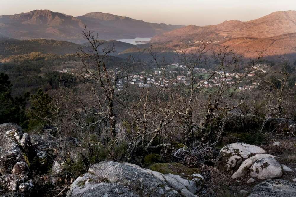Greenpeace suspende a Galicia en protección ante los incendios