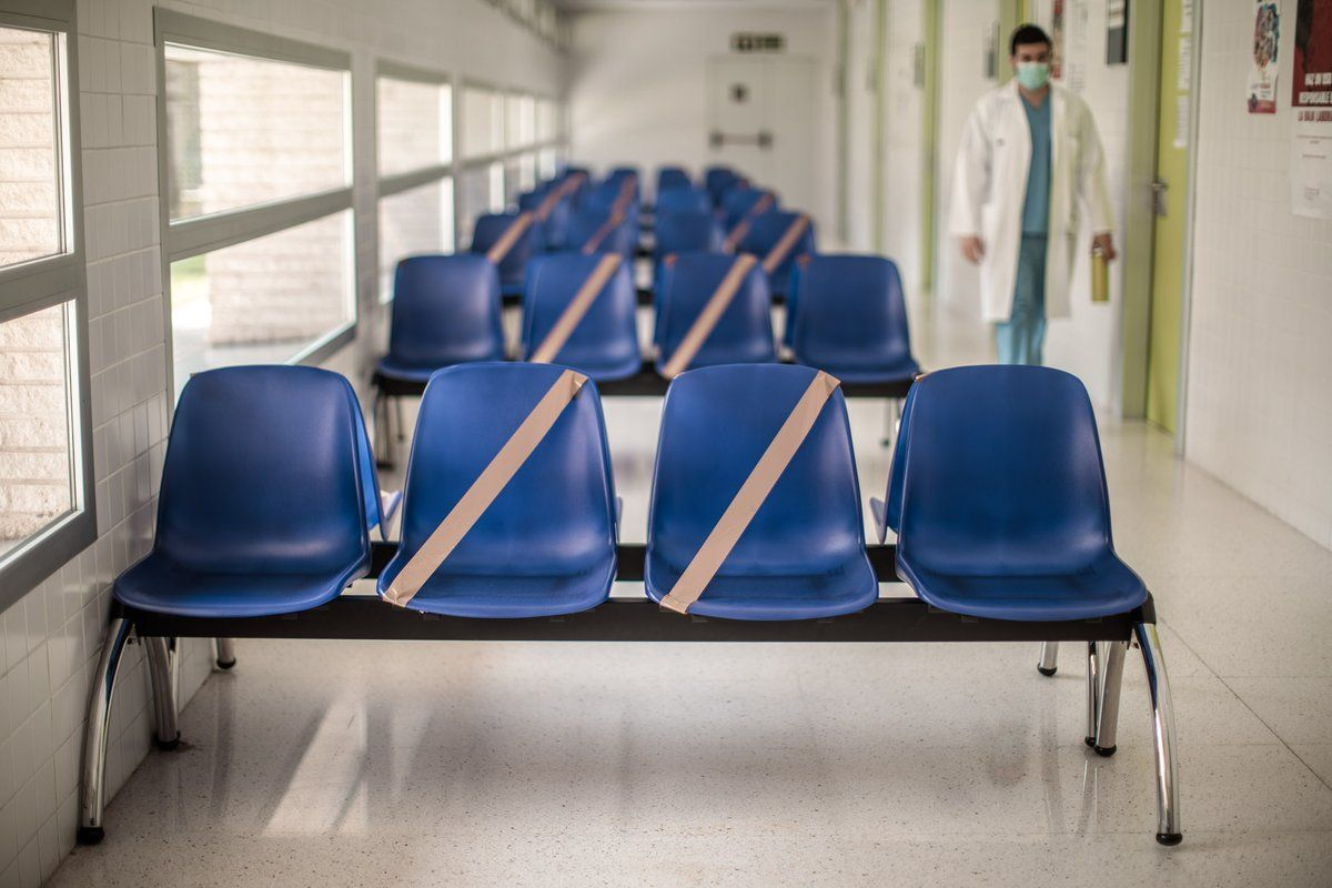 Sala de espera vacía de un centro médico de atención primaria. La mayoría de las consultas se resuelven por teléfono. /EFE