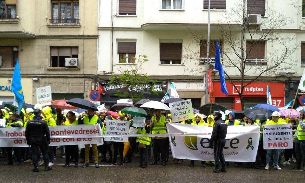 Los trabajadores de Ence llevan sus protestas hasta la sede del PSOE