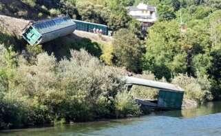 El coste de arrojar vagones al río Sil: sanción de 45.000 euros a Adif