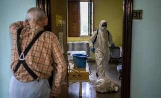 Un anciano contempla en una residencia la actuación del personal sanitario / Médicos Sin Fronteras