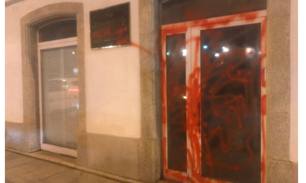 Atacan y llenan de pintadas la sede de la Fundación Fraga en Vilalba