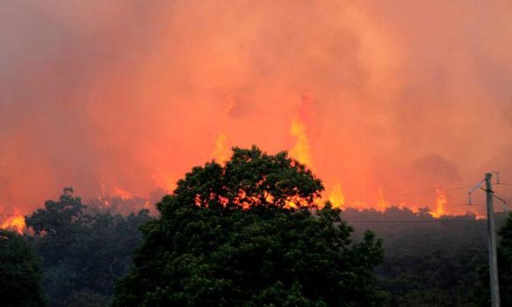 El fuego se propaga en Monforte de Lemos y obliga a cortar carreteras