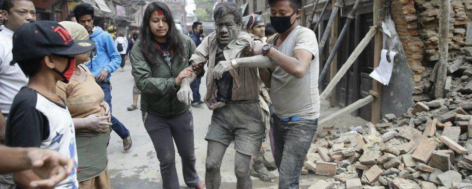 Centenares de víctimas mortales y heridos tras un terremoto en Nepal