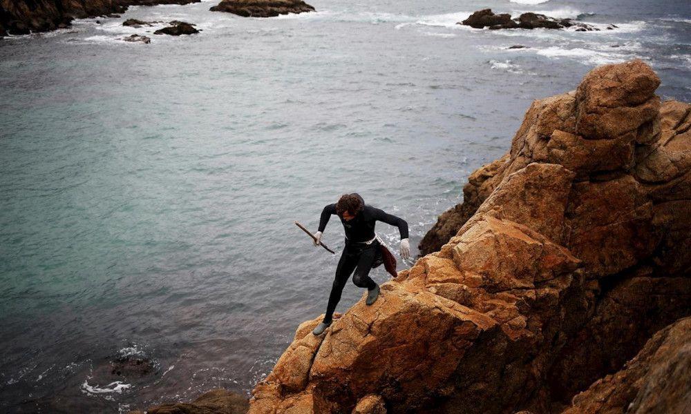 Vídeo: batalla campal entre percebeiros y bateeiros en A Coruña