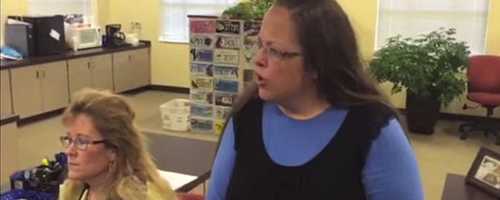 Polémica en EEUU: una empleada de Kentucky se niega a dar licencias de matrimonio a parejas gays