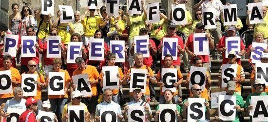 Afectados por las preferentes protestan ante la residencia estival de Rajoy