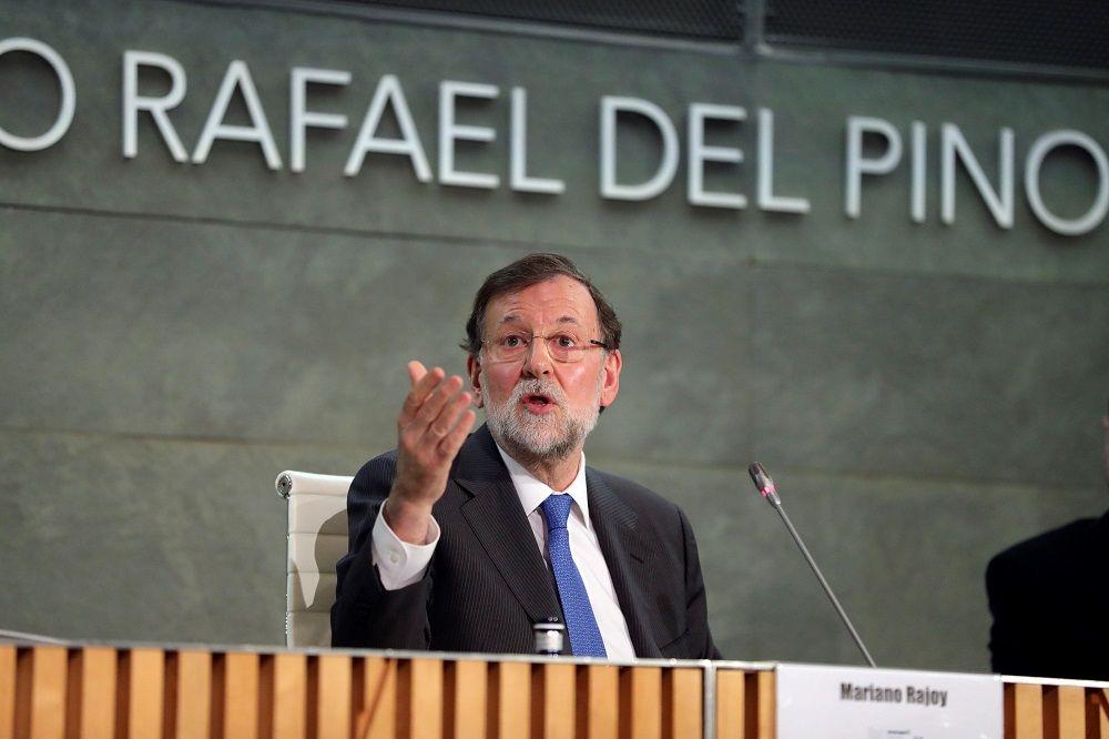 Rajoy presenta su libro con 'marianistas' y sin Aznar