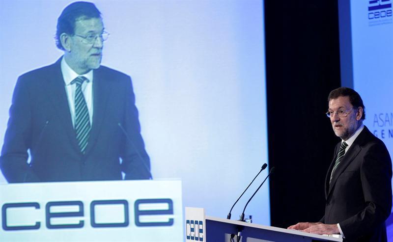 Rajoy expone sus dudas con el 'rescate' financiero ante los empresarios de la CEOE