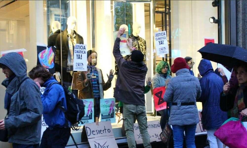 Un grupo de activistas ocupa la macrotienda de Zara en Madrid