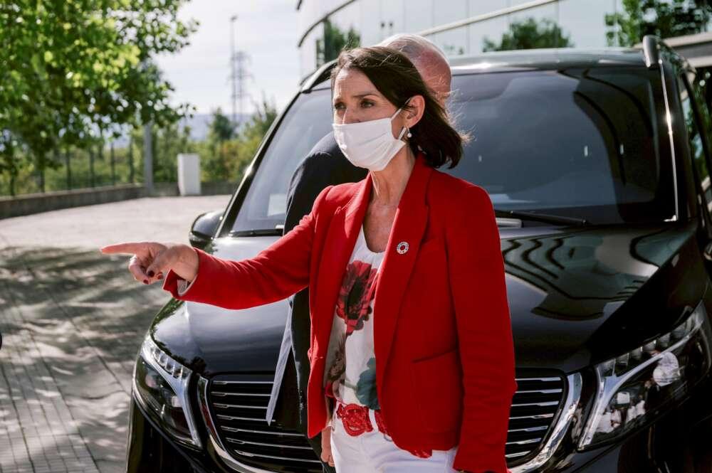 La ministra de Industria Comercio y Turismo, Reyes Maroto, durante una visita a la planta de Mercedes Benz. Foto: Efe/Jon Rodriguez Bilbao