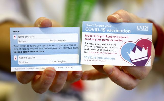 Una tarjeta que se dará a los pacientes que se vacunen contra la Covid-19 en Reino Unido para recordarles la cita para inyectar la segunda dosis | EFE/EPA/GF/Archivo