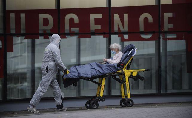 Una paciente ingresa en un hospital de Francia. El país impondrá un toque de queda a las 20.00 horas a partir del 15 de diciembre por la evolución de la pandemia del coronavirus | EFE/EPA/JDR/Archivo