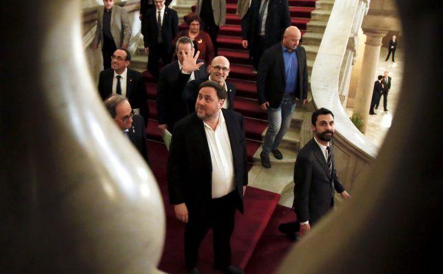 Oriol Junqueras, en el Parlament, en una imagen tomada entre los barrotes de la escalera de honor del edificio