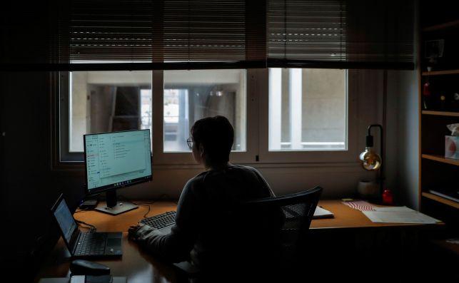 Una mujer trabaja desde su domicilio en Madrid. Los jóvenes españoles son más anuentes a teletrabajar debido a la pandemia de coronavirus | EFE/EN/Archivo