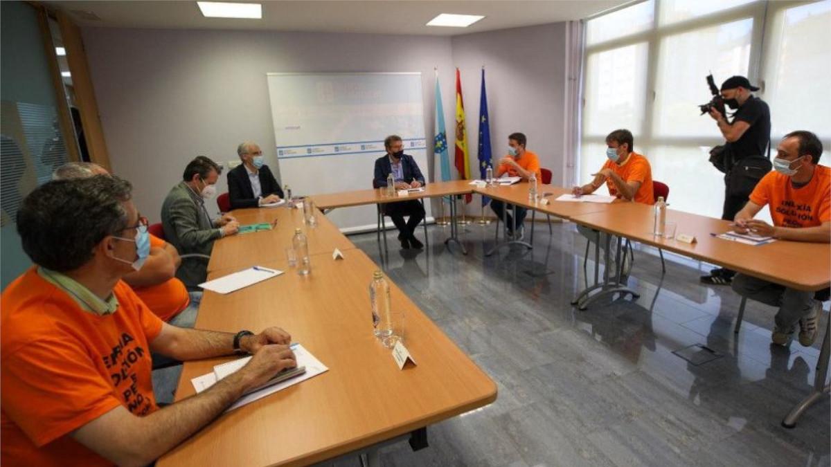 Francisco Conde y Alberto Núñez Feijó en una reunión con el comité de empresa de Alu Ibérica