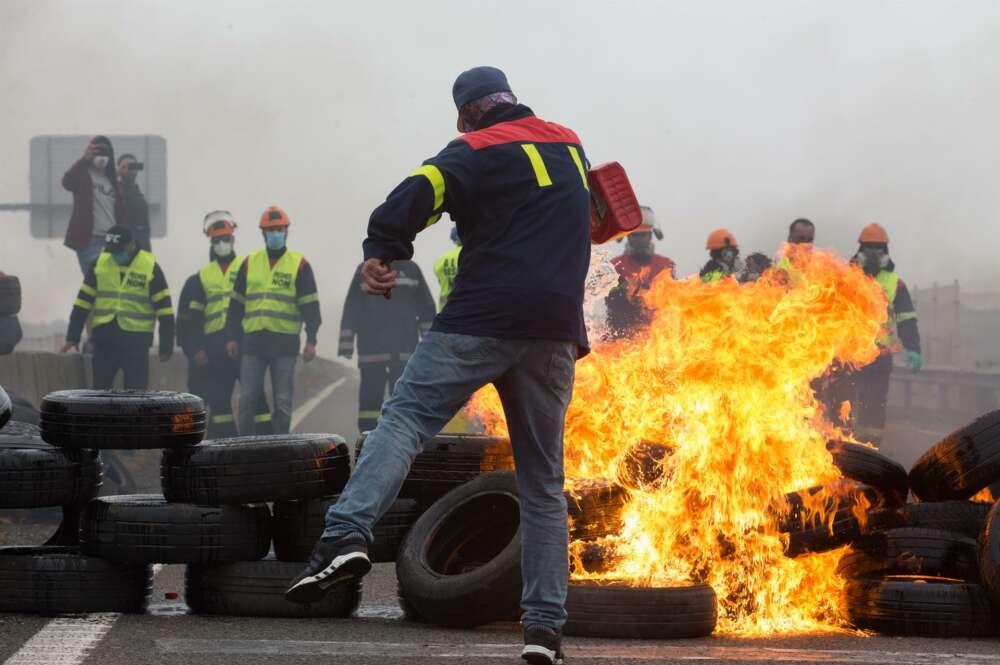 Barricadas en la A-8 en protesta por el cierre de la planta de aluminio de Alcoa en San Cibrao- Foto de archivo