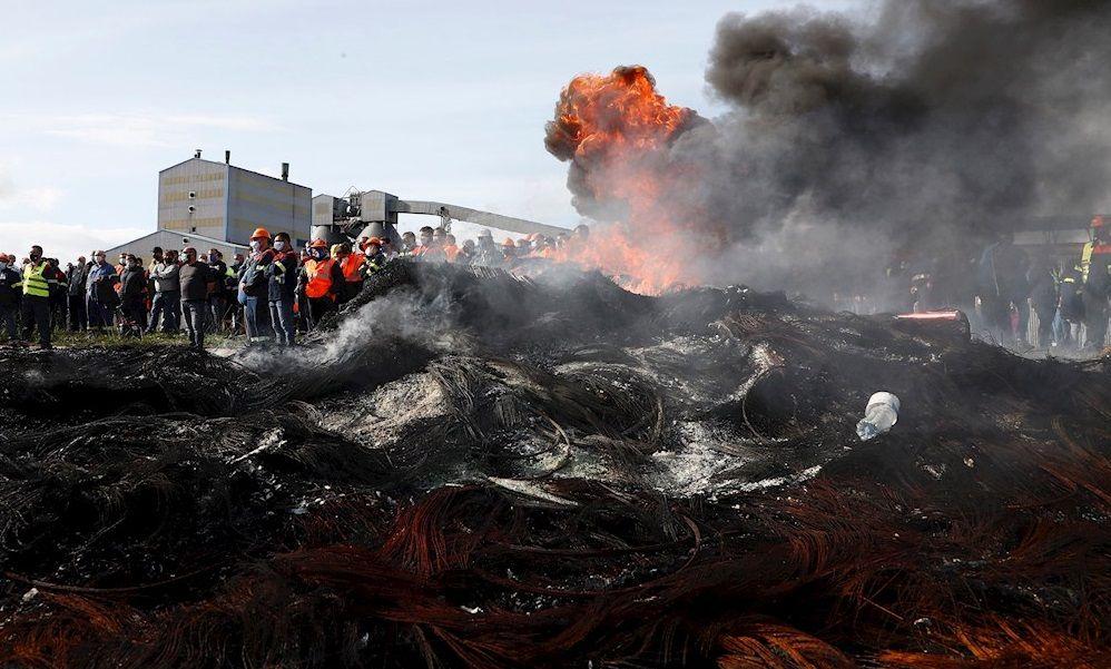 """Los trabajadores de Alcoa se hartan: ya """"no hay excusas"""" para que compre la SEPI"""