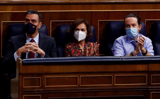 El presidente del Gobierno, Pedro Sánchez; la vicepresidenta primera, Carmen Calvo; y el vicepresidente segundo, Pablo Iglesias