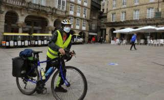 Un ciclista en la Praza Maior de Ourense