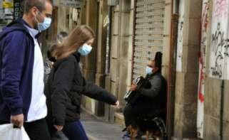 Personas con mascarilla caminan por las calles de Ourense / E.P.