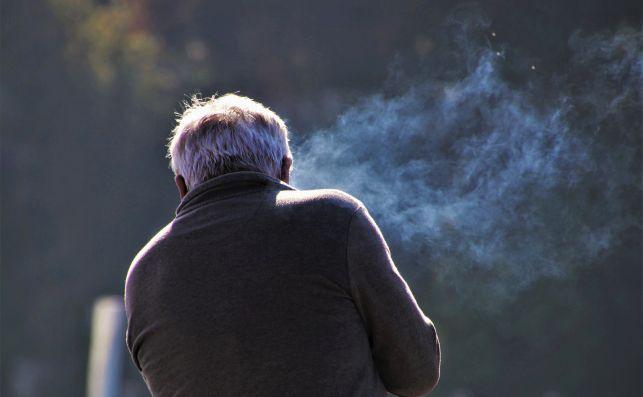 Las nubes de humo que se forman al fumar ayudan a explicar cómo se comportaría la transmisión de coronavirus por aerosoles   Foto: Pxfuel/Creative Commons