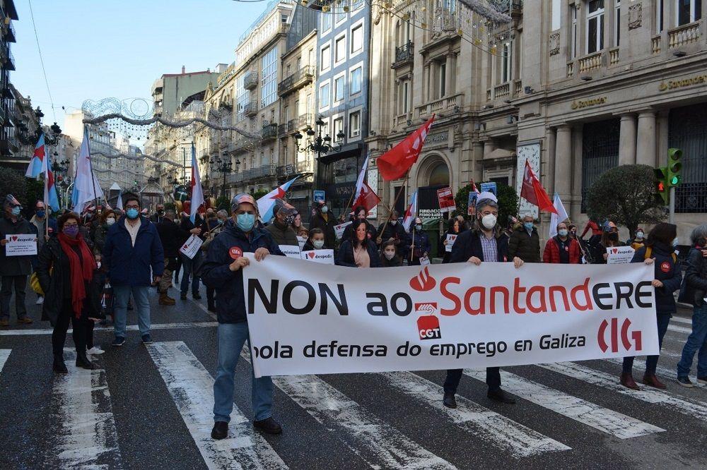 Galicia: protesta por el ERE del Santander, que afectará a 370 empleos