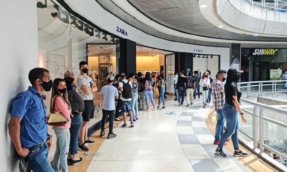 Black Friday: las colas de Zara comienzan... en Venezuela