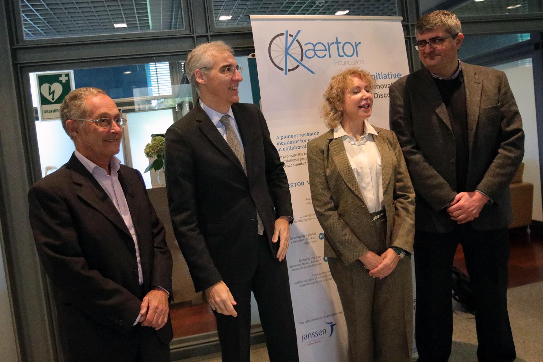 Mabel Loza junto al conselleiro de Economía, Francisco Conde, y el catedrático de Medicina Legal Ángel Carracedo