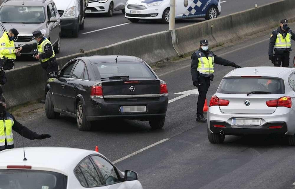 Los cuerpos de seguridad incrementaron en Galicia los controles de movilidad en las zonas de mayor incidencia del Covid durante la tercera ola. EFE/Brais Lorenzo