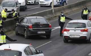 Los cuerpos de seguridad incrementan en Galicia los controles de movilidad en las zonas de mayor incidencia del Covid, como Santiago. EFE/Brais Lorenzo