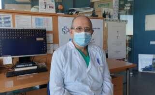 David Freire, jefe de la UCI del Chuac, advierte de que el virus está llevando a cuidados intensivos a personas más jóvenes e, incluso, sin patologías previas