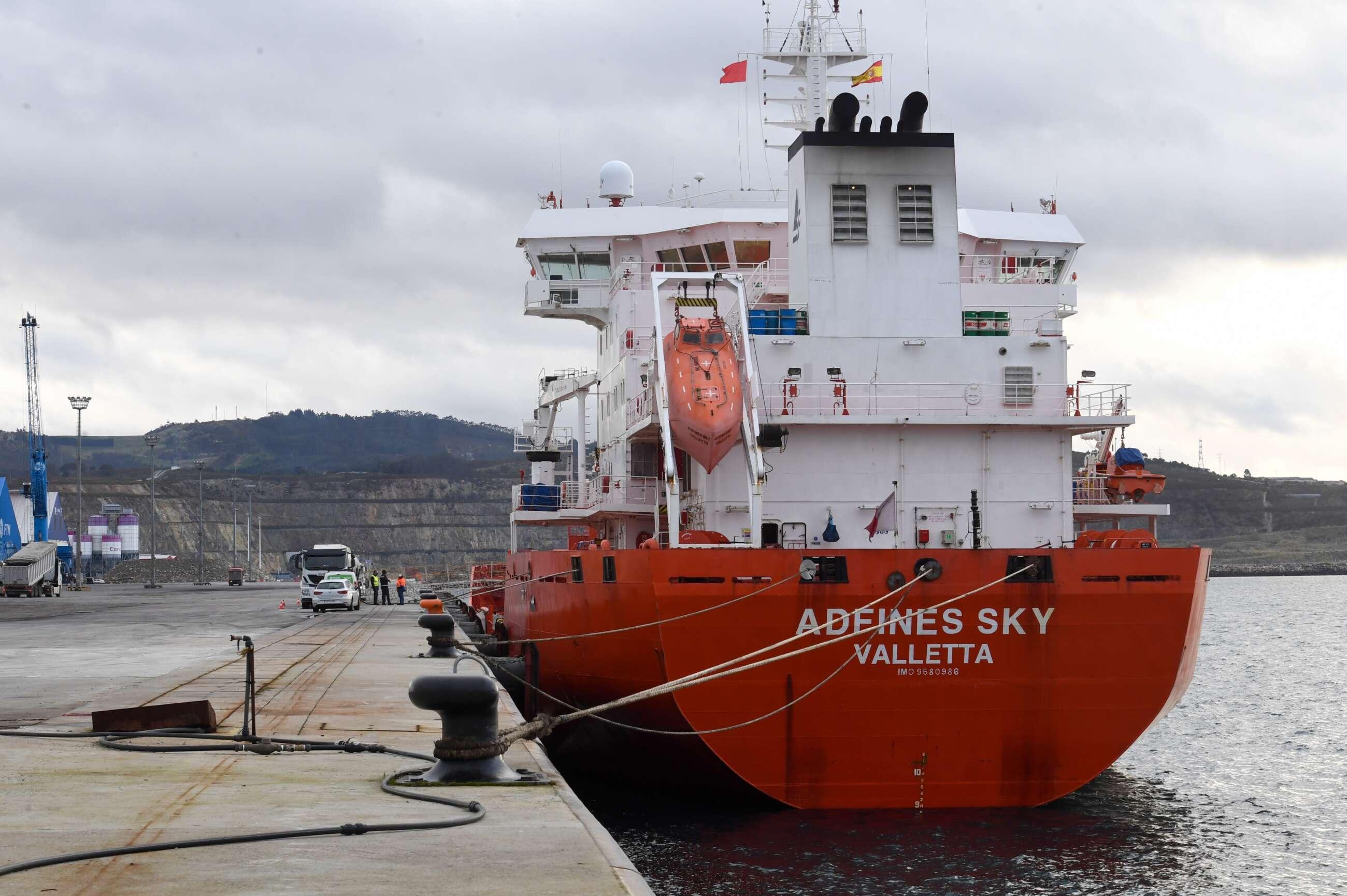 El buque atracado en el puerto exterior de A Coruña