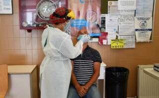 Una sanitaria realiza una prueba de PCR en Galicia: Foto: Europa Press
