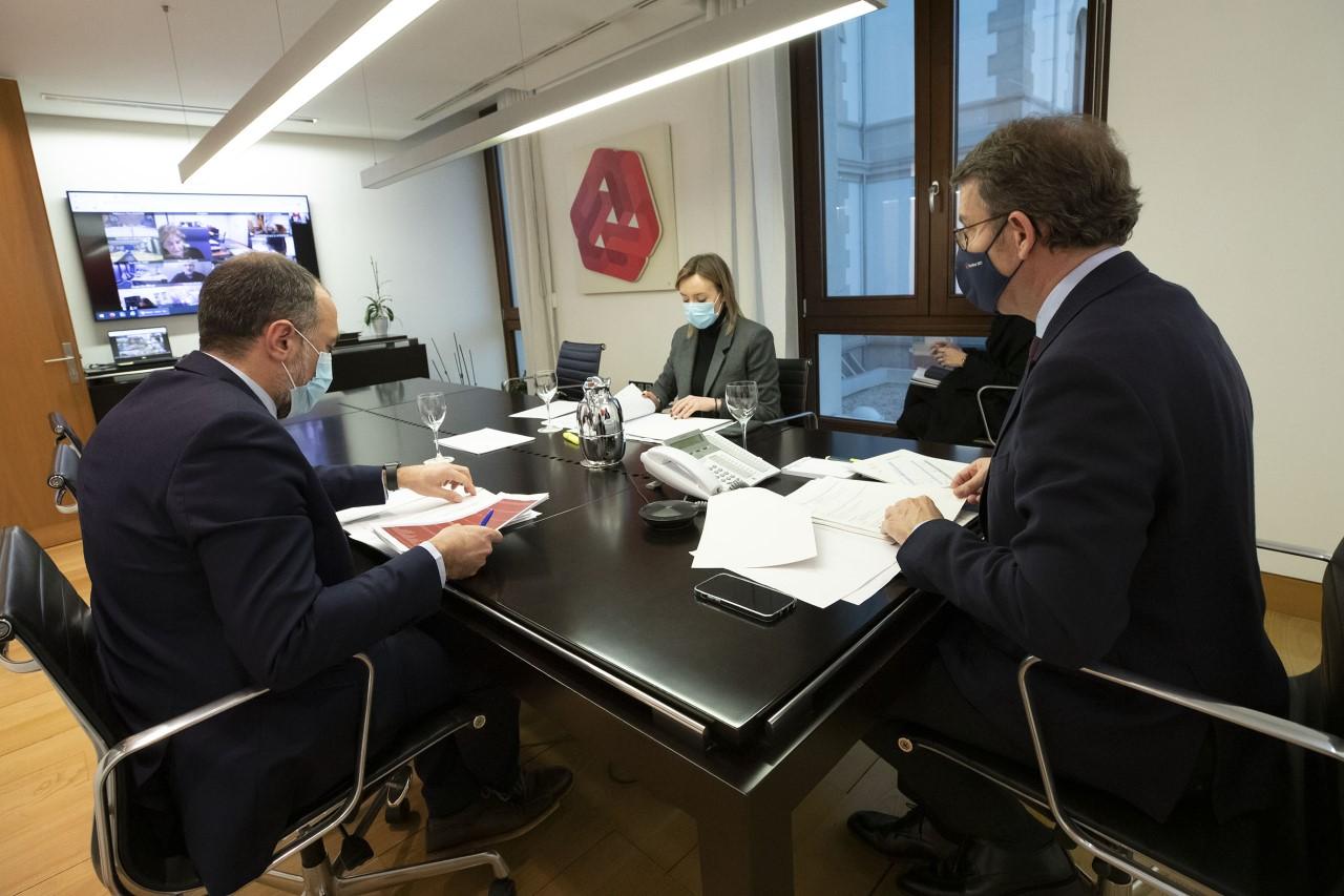 O presidente da Xunta, Alberto Núñez Feijóo, acompañado do conselleiro de Sanidade, Julio García Comesaña, e da conselleira de Política Social, participa na reunión por videoconferencia do comité clínico de expertos sanitarios.