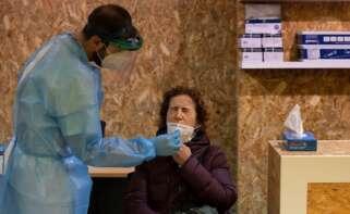 Una mujer se somete a un test durante un cribado. EFE/Brais Lorenzo/Archivo